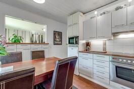 Keittiön ja olohuoneen välillä on lisää säilytystilaa tason alla