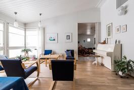 Olohuoneessa ja keittiössä korotettu viistosisäkatto