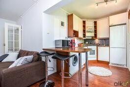 Keittiö, olohuone ja ruokailutila muodostavat viihtyisän kokonaisuuden