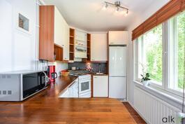 Kaunis ja kompakti keittiö.