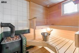Tilava, puulämmitteinen sauna.