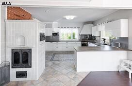 Tyylikäs ja erittäin tilava keittiö, jossa on laadukkaat kodinkoneet.