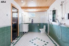 Kylpyhuoneessa on kaksi suihkua.