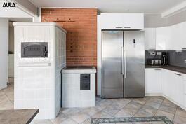 Modernissa keittiössä on myös puuhella.