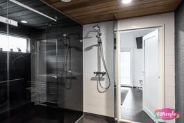 Lasiseinä erottaa pesutilat saunasta