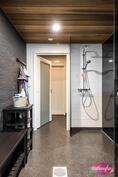 Pesuhuoneessa 2 suihkua ja sisäänkäyntiä