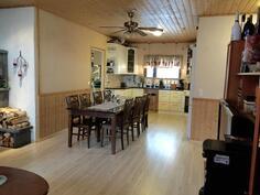 Kuva olohuoneesta keittiön suuntaan