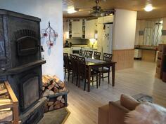 Kuva olohuoneesta keittiön ja eteisen suuntaan