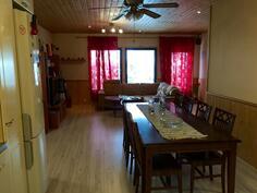 Kuva keittiöstä olohuoneen suuntaan