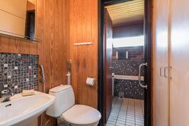 kylpyhuoneen yhteydessä oleva erillinen wc