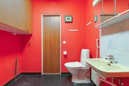 Isompi wc eteisen vieressä