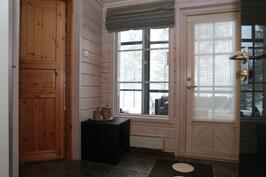 pukuhuone, josta käynti terassille