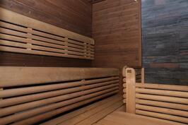Upea sauna vastakkain istuttavilla lauteilla