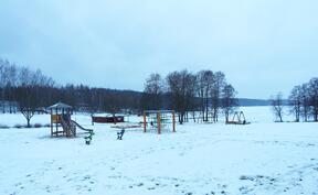 Läheinen uimaranta sekä lasten leikkipaikka