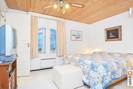 Alakerran makuuhuone, mistä pääsy kodinhoitohuonee