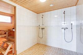Alakerran pääkylpyhuone