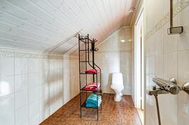 Yläkerran kph:ssa kolmas wc-istuin