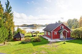 Talon kulmalta järvelle päin kuvattuna