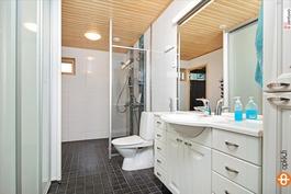 Pesuhuone jonka yhteydessä kodinhoitonurkkaus