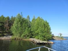 Omaa rantaviivaan tällä upealla heti vapaalla kiinteistöllä on n. 400 m! Kuvaa vapaan veden puolelta olevasta omasta Isokiperkarin venelaiturista ja rantakallioista!
