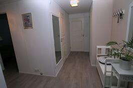 Keittiöstä vas. makuuhuoneet, peilin vier. wc ja takana oik. kylppäri/wc ja sauna