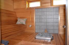 Edustavat saunatilat - upeat vastakkain istuttavat muotolauteet