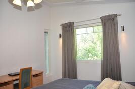 Yläkerran makuuhuone 2 - ikkunat kahteen suuntaan