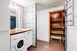 Kylpyhuone laatoitettu, mukavuutta lisää lattialämmitys.