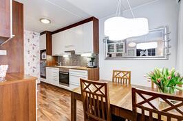 Ruokailutila on yhteydessä keittiöön ja olohuoneeseen.