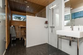 Kylpyhuone ja sauna lasiaukolla