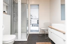 Yläkerran kylpyhuone/wc