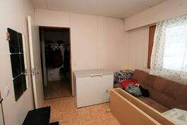 Makuuhuone 1:stä eteiseen