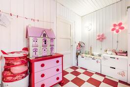 Keittiön vieressä oleva tila toimii lastenhuoneena