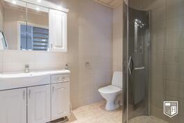Kylpyhuone on myös 1. kerroksessa.