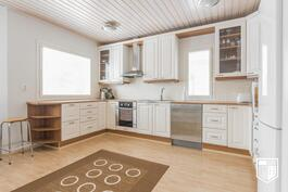 Keittiön kaapisto on leveä ja työtasoja on riittävästi innokkaallekin kokille.