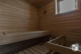 Saunassa on iso ikkuna ja pehmeät löylyt tarjoava vuolukivikiuas.