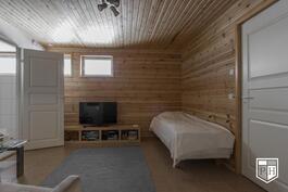 Varastohuoneen ja saunaosaston välissä on takka(varaus)huone/pukuhuone.