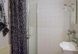 kylpyhuoneeseen mahtuu myös pyykinpesukone