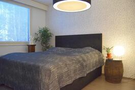 makuuhuone, oikealle jää koko seinän mitalta kaappeja