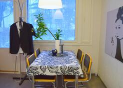 ruokailutila yhdistää keittiön ja olohuoneen