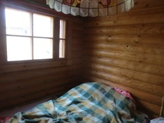 Alakerran makuuhuone / Bedroom