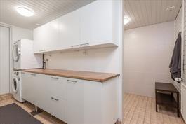 kodihoitohuone ja sen takana kph ja sauna
