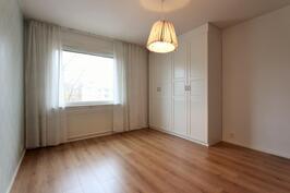 2.makuuhuone, jonka vieressä vaatehuone sekä uudet kaapistot