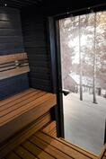 Todella tunnelmallinen sauna maisemaovineen