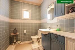 Erillinen WC on kokonaan laatoitettu