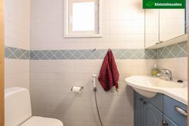 Kylpyhuoneen yhteydessä WC
