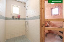 Sekä kylpyhuoneessa että saunassa on ikkunat