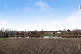 Näkymiä talon pihalta pellolle ja jokimaisemiin