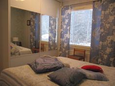 Päämäkuuhuoneesta näkymä rauhalliselle pihamaalle - huomaa peiliovi kaapistot