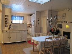 Eteisalusta - aulaanpäin - keittiö on kaapistojen takana, ikkunan edessä